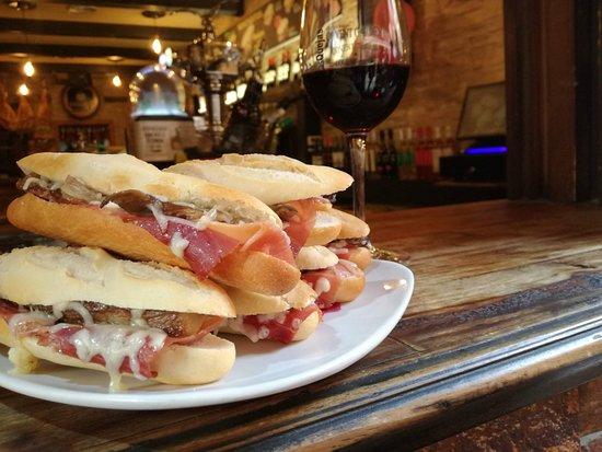 Las Quejas: Nuestros montaditos de jamón, siempre acompañados por los mejores vinos de La Rioja