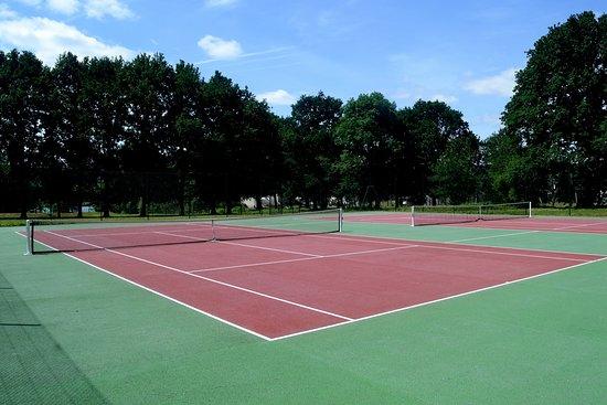 Camping du Lac: Terrains de Tennis.