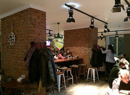The Kukhnya: Интерьер ресторана.