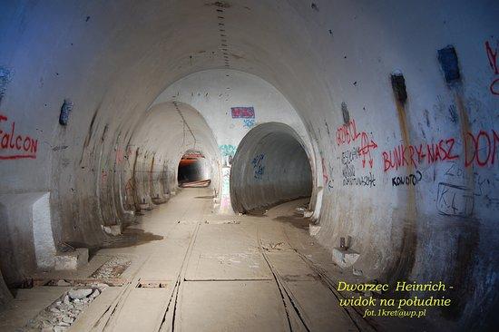 Miedzyrzecz, Polonia: Jeden z dworców podziemnej kolejki na głównej drodze ruchu  GDR