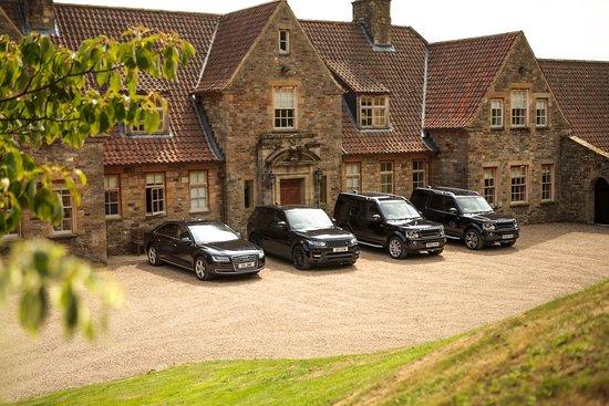 Helmsley, UK: Fleet of vehicles in front of Stoneley Woods Manor in North Yorkshire