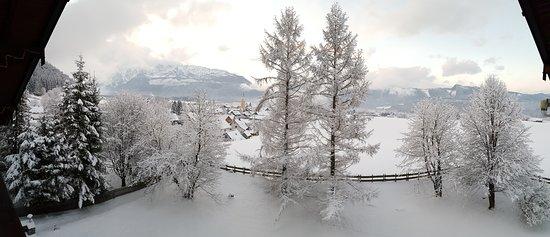 Bad Mitterndorf, Austria: Ausblick in den Garten vom Wellnessbereich im Winter