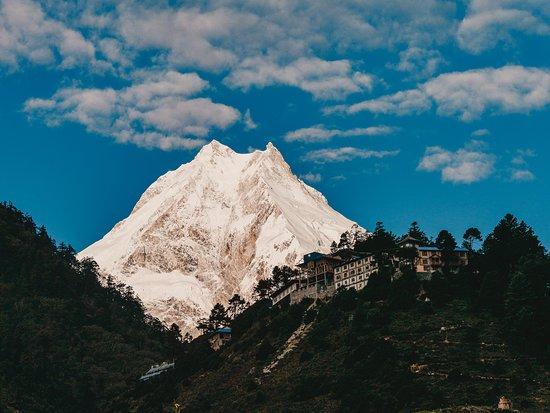 Gorkha, Nepál: Nachdem wir auf unserer Weltreise den Annapurna Circuit gewandert sind, sind wir 2017 16 Tage lang den Manaslu Circuit & Tsum Valley Trek gewandert. Als wir dann in Lho den Manaslu, den achthöchsten Berg der Welt mit 8.163 Metern vor uns sahen, verschlug es uns schier den Atem. Würdest du den Trek machen, dann lass mal ein LIKE da :-) Alle Infos zum Manaslu Circuit findest du hier https://wetraveltheworld.de/manaslu-circuit-reisetipps/