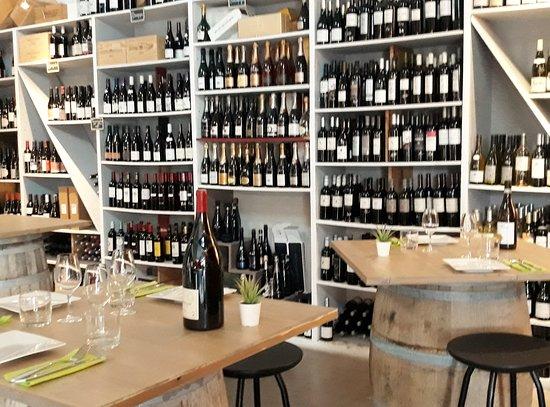 Le Beausset, France: La cave et le restaurant...