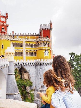 Parque e Palácio Nacional da Pena: Uno de los castillos más bonitos que he visitado nunca. No solo por sus impresionantes colores que destacan entre la vegetación de la zona. También por sus impresionantes vistas!