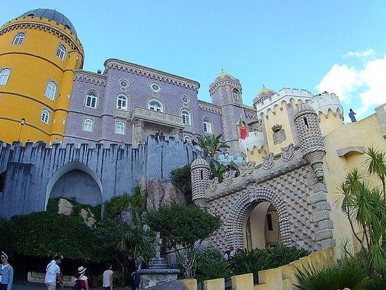 Parque e Palácio Nacional da Pena: Por fuera el palacio es espectacular.