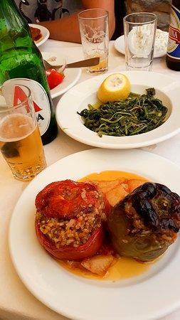 Jemista: mit Reis, Kräutern und Pinienkernen gefüllte Paprika und Tomaten sowie Kartoffeln. Ebenfalls zus sehen: Chorta, gekochtes Wildgemüse mit Olivenöl und Zitrone.