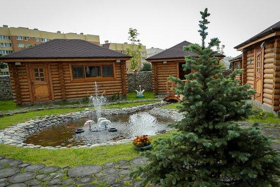 Для вас - красивая приусадебная территория с фонтаном, а маленьких гостей ждёт детская площадка, которая не даст заскучать во время праздника.