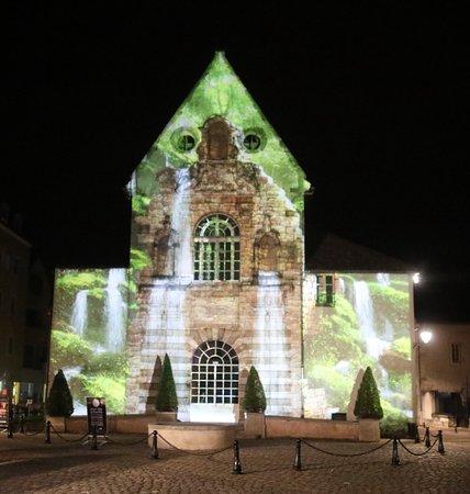 Joli spectacle de lumières à l'ancien carmel de Beaune Prieure Saint Etienne Louis XIY y passa avec sa cour le 20 novembre 1658.  Se renseigner à l'Office de Tourisme pour les dates du chemin de lumières car celui-ci ne fonctionne pas toute l'année.