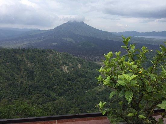 Kedisan, Indonesia: Aussicht vom Batur Sari Restaurant auf den Mount Batur und den Batur-See