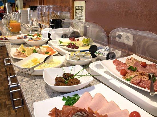 Dorfen, Germany: Rechhaltiges Frühstücksbuffet