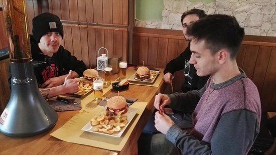 Castronno, Italie : Hamburger di chianina o bufalo 280 gr. Salsa cheddar insalata cetriolo pomodoro cipolla e bacon . Se venite in 4 panino e tubo di birra chiara da 3 litri 18€ a persona