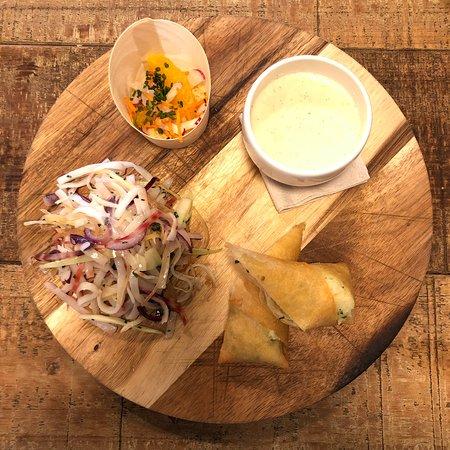 Vetraz Monthoux, France: Assiette végétale : mini buddha bowl, crème de topinambour à la vanille et éclats de noisettes, nouilles sautées aux légumes croquants, croustillant de pomme de terre au citron confit