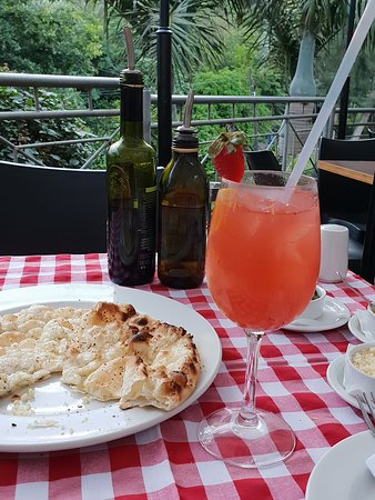 Umdloti, South Africa: Their complimentary pizza bread with my fruity G&T.