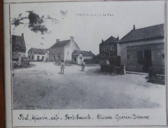 Virey-le-Grand, França: Virey la place - Bal - épicerie Guérin Duroux - Pont bascule - café