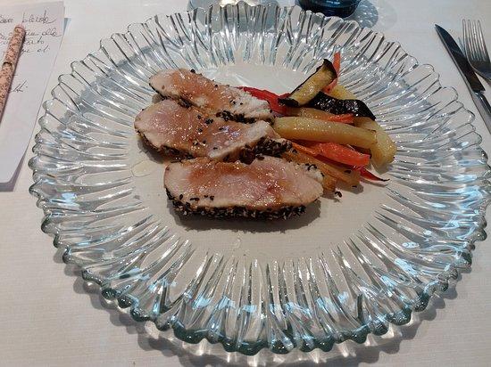 Presidio Eat And Sleep: Tagliata di tonno, riduzione di mirto e verdure al forno