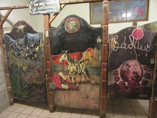 Pioneertown, Kalifornia: stalls in Ladies rest room