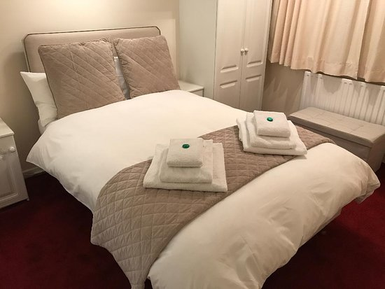 Worksop, UK: Double Room with Bathroom Free Wifi - Breakfast Included  Double Bed  Sleeps up to: 2  - Bathtub & shower combination Grab rails in bathroom