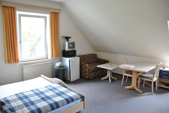Obereichstaett, Saksa: Im Zimmer gibt es Kühlschrank, Kaffeemaschine, Mikrowelle, Geschirr usw.