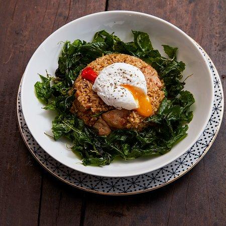 Pork Balls and Holy Basil Fried Rice ข้าวผัดกะเพราหมูเด้งไข่เยิ้ม  ผัดกะเพราคลุกรสจัดแบบที่เราชอบกิน เปลี่ยนจากหมูสับเดิมๆ มาเป็นหมูเด้งและเปลี่ยนจากไข่ดาวไม่สุก มาเป็นโพชเอ้ก จากเมนูสิ้นคิดก็ทำให้การกินข้าวผัดกะเพราของเราสนุกขึ้นเยอะเลย 180-