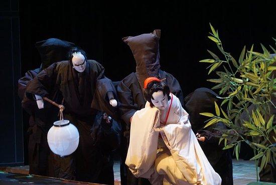 Seiwa Bunraku Museum: 基本的に三人で一体の人形を操ります。首(かしら)と右手を操る「主遣い(おもづかい)」、左手を操る「左遣い」、足を操る「足遣い」。  人形遣いによって生かされた人形は、時に人間以上に豊かな表情を見せます。 清和文楽では、主役をつとめる主遣いも黒衣で演じます。これは舞台に立つ人も裏で支える人も、全員が主役であるという考えによるものです。