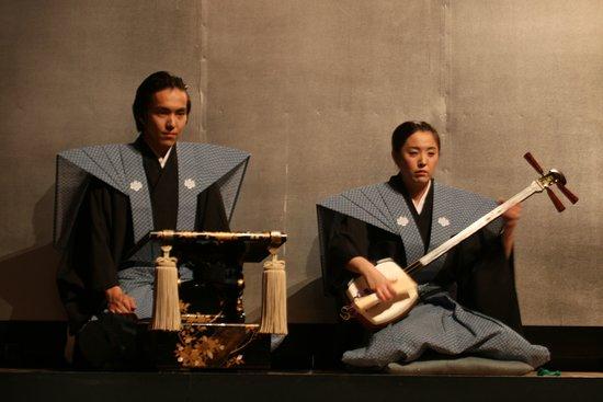 Seiwa Bunraku Museum: 太夫・三味線 舞台の上手(舞台向かって右側)の出語り床で浄瑠璃を語るのが太夫です。(写真左) 情景描写に始まり、様々な登場人物の喜怒哀楽を表現し、基本的には一人で物語を語ります。 浄瑠璃にはいくつかの種類がありますが、文楽では義太夫節を用います。 また、太夫の隣では「太棹(ふとざお)」と呼ばれる三味線を演奏します。 文楽における三味線は、単なる太夫の伴奏ではなく、繊細な音から豪快な音まで幅広い音色を出し、物語を描き出します。