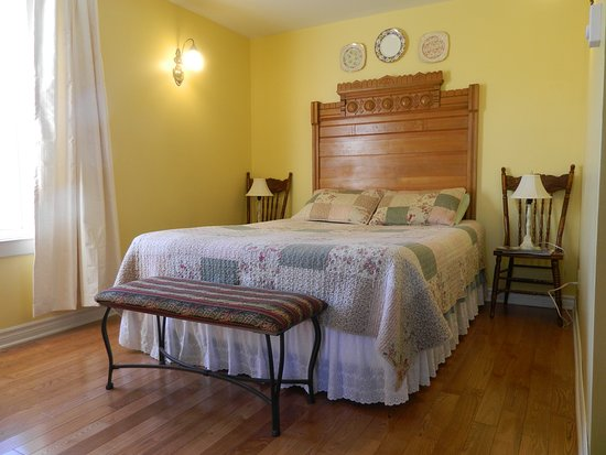 Bridgetown, Canadá: Queen bed in the Saffron Room located on the main floor.