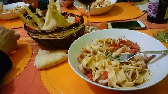 pasta fresca con calamares y cherry