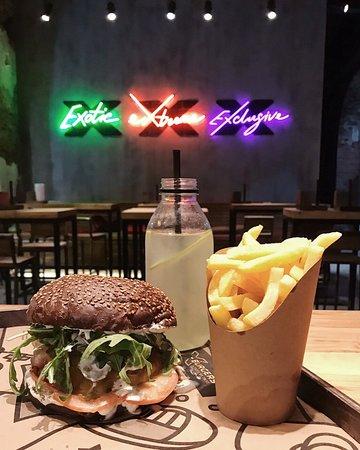 X-Burgers: Используем только свежие овощи с рынка и делаем это с любовью.