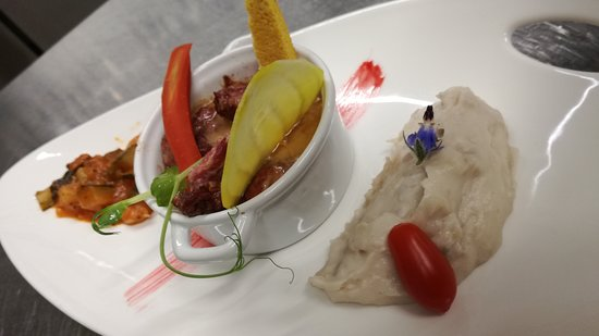 Andrezieux-Boutheon, France: Cassolette de joues de porc, crémeux aux baies de Tchuli bio