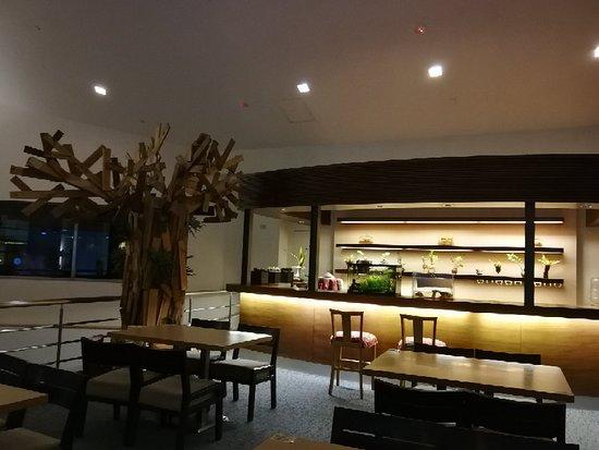Parkview Hotels & Resorts: 酒店服务好,设施不错,泳池有室内和室外。美中不足的床头柜旁没有插座可以充电😭