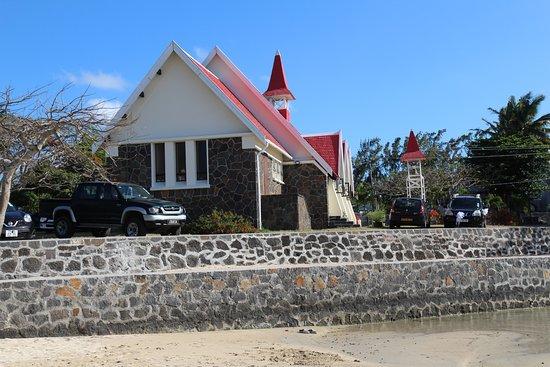 vue de dos de l'église sur la plage.