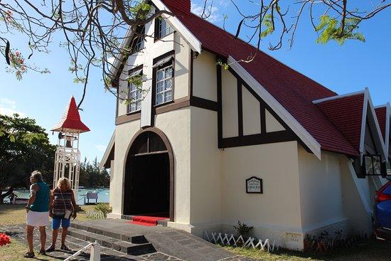 l'entrée de l'église et la cloche
