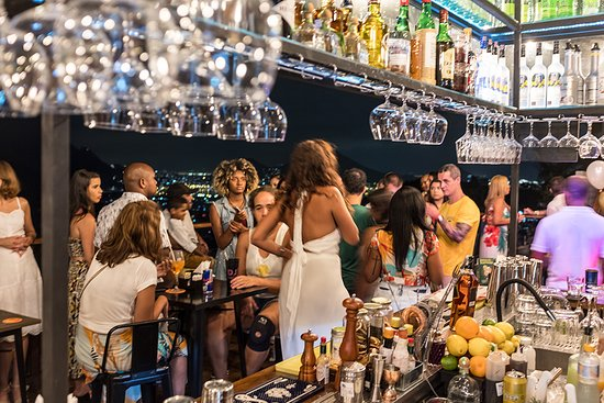 Nosso bar, durante a noite!