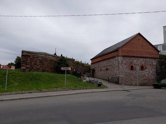 часть крепостной стены и пакгауз