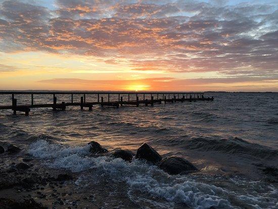 Assens, Danmark: Naturskøn og fredfyldt strand, men god mulighed få god lang gåture, rig på fugle liv og kliter. Og at få der en kold dag, hvor vinden pisker ind i ansigt på een og man oplever solnedgangen, er en skøn oplevelse. En skøn perle der skal opleves.