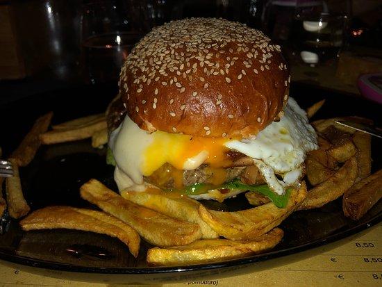 Súper hamburguesa 🍔!!!! Especial ...muy lindo el sitio acogedor y con personal muy agradable y atento !!!!