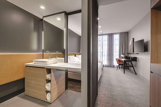 Vibe Hotel Canberra Airport: vibe canberra airport lower deck bedroom twin bathroom