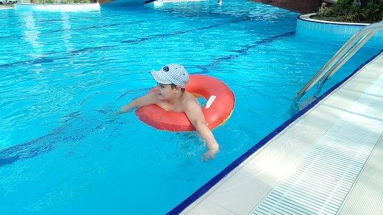 Dizalya Palm Garden Внук плавает в бассейне