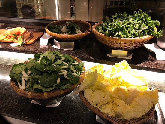 自助區可以隨便挑選自己心水食物, 有多款有機蔬菜、丸類、餃子等