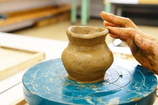 弥生時代の粘土を使った土器作り。