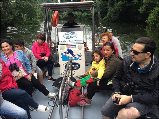 Ecoturismo Bahia De Santander: Grupo de pasajeros en el rio Miera. Remontamos unos 8 km la cuenca baja de este rio que desemboca en la Bahia de Santander. siempre navegamos en Espacio Natural Protegido