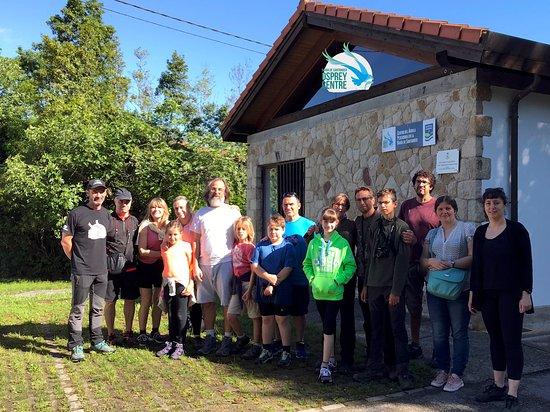 Ecoturismo Bahia De Santander: Grupo en el exterior del Centro de Visitantes del Aguila pescadora en la Bahia de Santander. Osprey Centre.  Tras visita realizamos ruta interpretada a pie