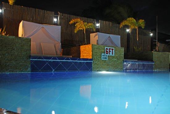 Negros Oriental, Philippinen: An evening view of pool