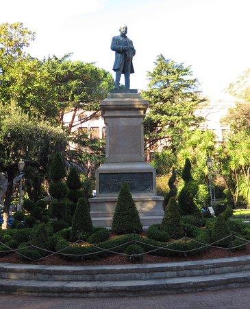 La statua in bronzo di Giovanni Nicotera