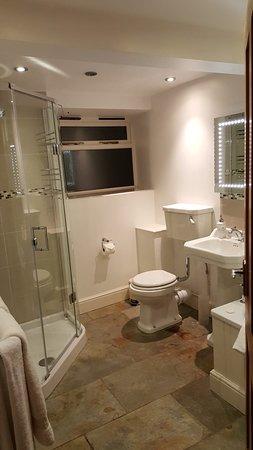 Greenham, UK: Bathroom with waterfall shower