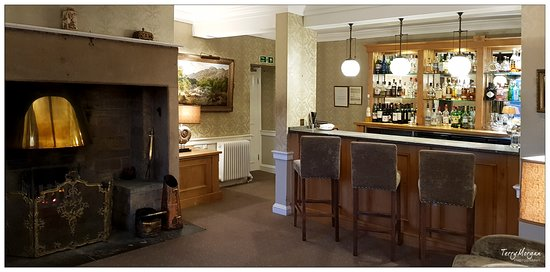 Baslow, UK: The cosy bar area ( which we understand was to be refurbished the week after our stay)