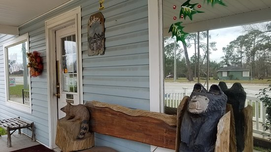 Lumber City, GA: Small town restaurant with a quaint front porch.
