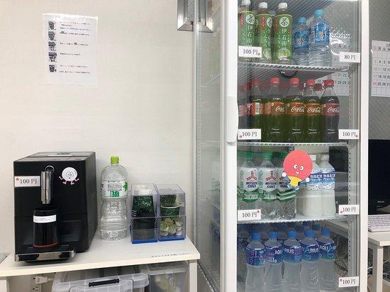 ドリンクコーナー コーヒー、ペットボトル ¥80~¥100