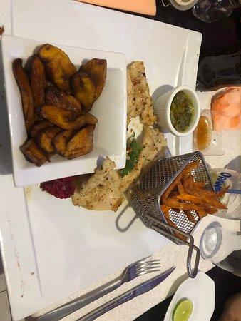 Ducos, Martinique: Le lambis grillé servit avec des frites de patate douce et des bananes plantain frit c'est une vraie régale